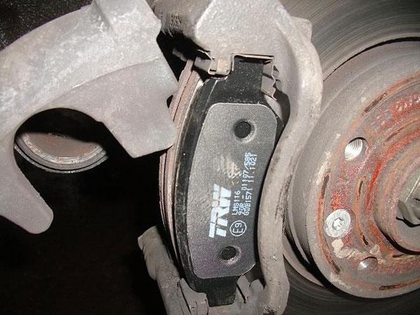 Как выполнить замену тормозных колодок?