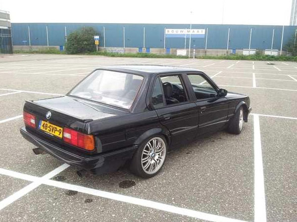 BMW 3-Series E30 оснастили двигателем 4.4 V8