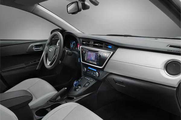 Toyota анонсировала цены на новый Auris 2013