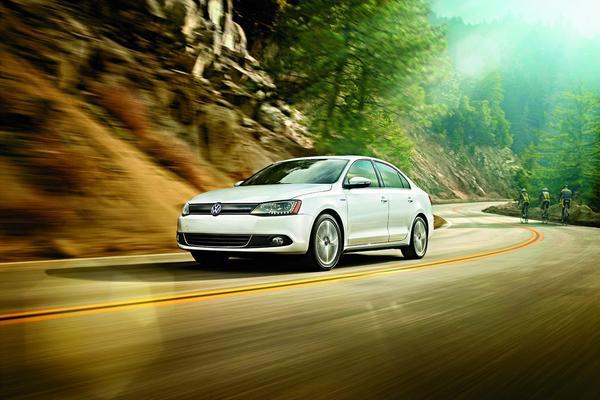 Volkswagen озвучил цены на гибридную версию Jetta