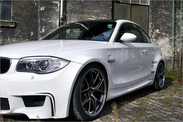 Команда a-workx показала тюнинг-пакет для BMW 1M
