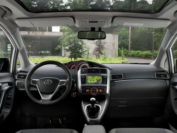 Названы российские цены обновленной Toyota Verso