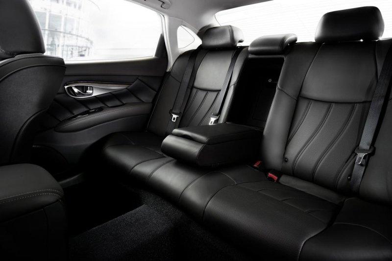 Infiniti слегка обновил седан Q70 и ввел удлиненную версию Q70L