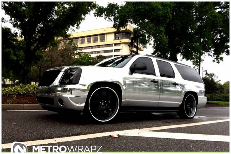 Хромовый GMC Yukon Denali от Metro Wrapz на дисках Forgiato
