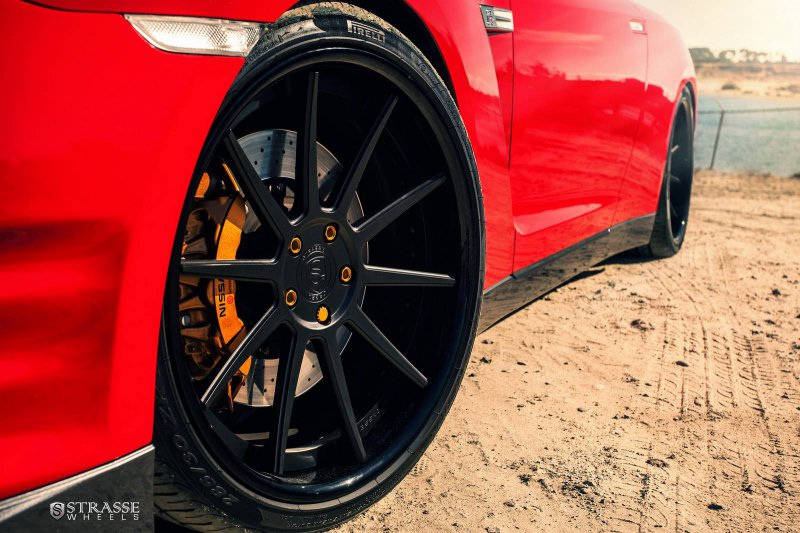 700-сильный Nissan GT-R Alpha 7 на дисках Strasse Wheels
