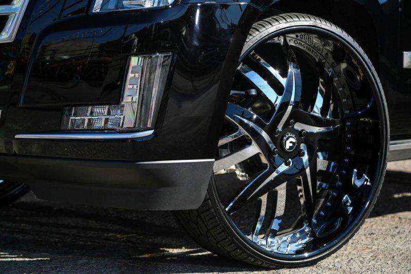 Брутальный Cadillac Escalade на 30-дюймовых дисках Forgiato