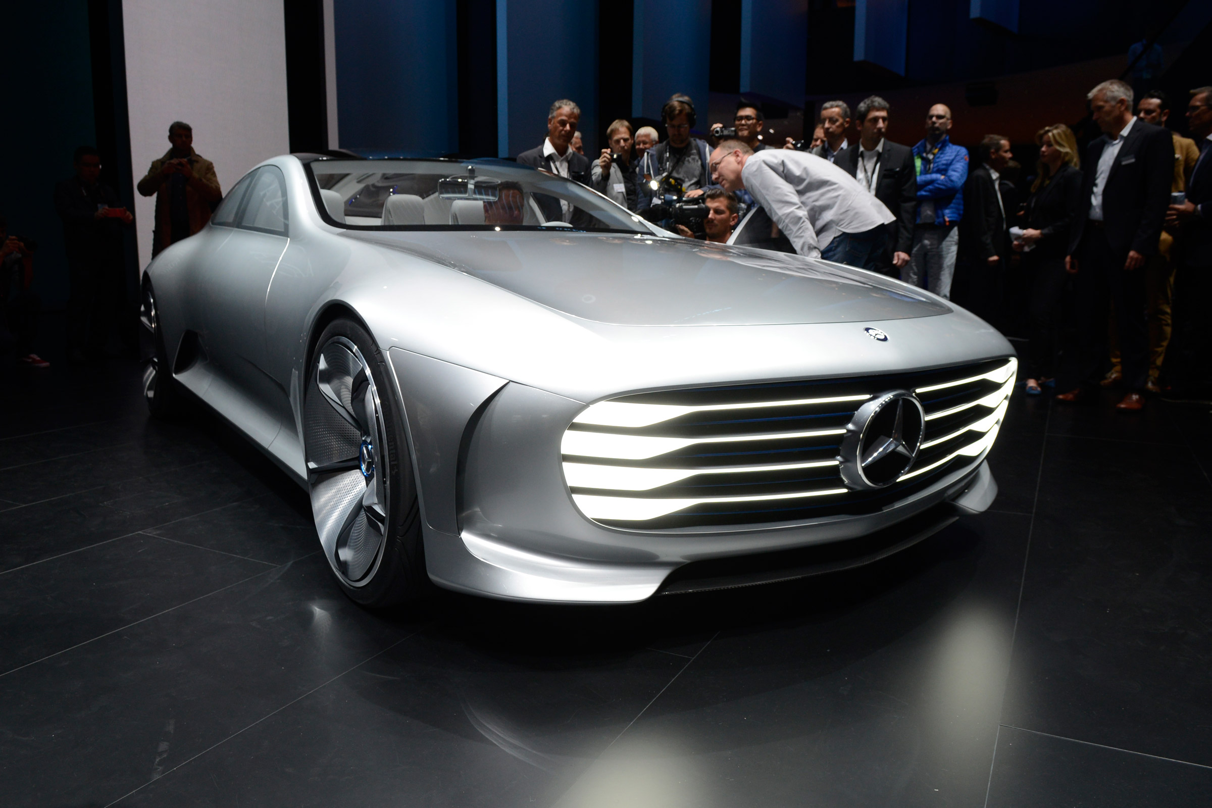 mercedes benz essay According to mercedes-benz products, mercedes-benz is the german brand it is famous luxury car brand and it has long.