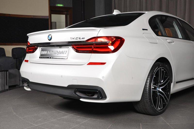 Белый BMW 740Le из автосалона в Абу-Даби