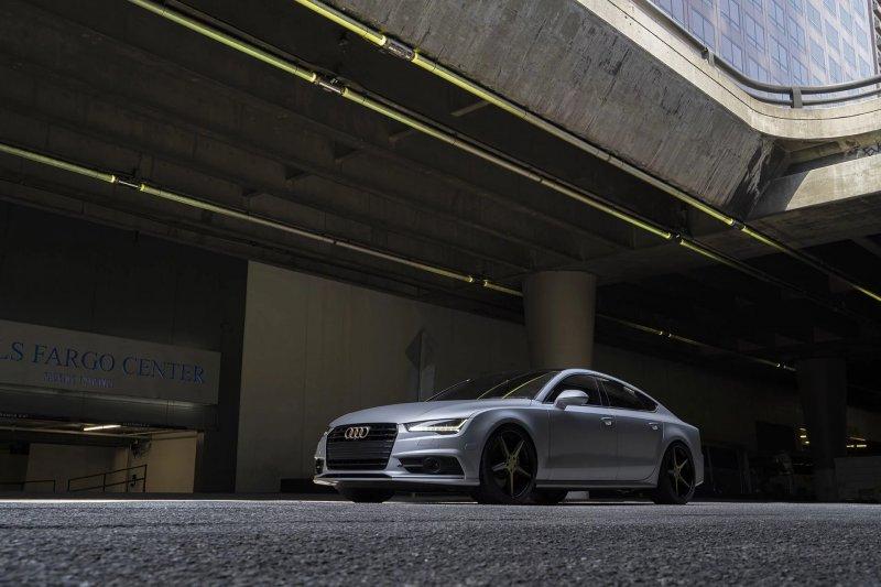 Заниженная Audi S7 на золотых дисках Forgiato