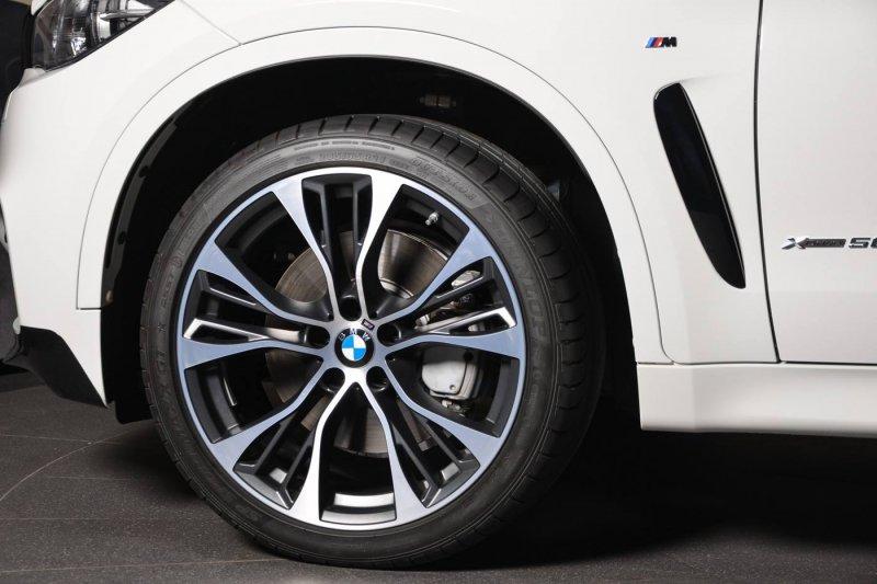 Белый BMW X6 в тюнинге от M Performance